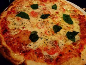 モツァレラチーズとバジル・冷やしトマトのピッツァ